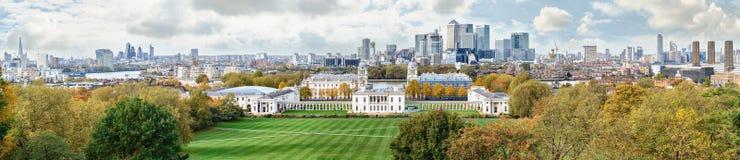 De herfstpanorama aan Greenwich en Canary Wharf in Londen Royalty-vrije Stock Afbeelding