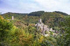De herfstpanorama aan de ruïnes van Oberburg en Niederburg, het Hogere en Lagere Kasteel van Manderscheid, Duitsland stock afbeeldingen