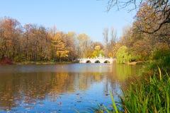 De herfstpark Lazienki, Warshau Royalty-vrije Stock Foto's