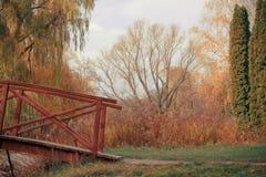 De herfstpark met brug Royalty-vrije Stock Foto's