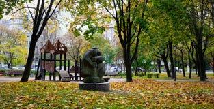 De herfstpark in Vyborg, Rusland Stock Afbeeldingen
