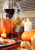 De herfstplaats het plaatsen braadstuk Turkije met groente en wijnglas Stock Foto's