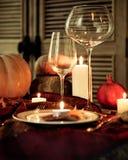 De herfstplaats het plaatsen braadstuk Turkije met groente en wijnglas Royalty-vrije Stock Afbeeldingen