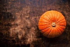 De herfstpompoenen over houten lijst, hoogste meningsbeeld De achtergrond van de herfst Rode en oranje het bladclose-up van de kl Stock Afbeeldingen