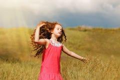 De herfstportret aan engelachtig meisje met vliegend lang krullend haar  stock afbeelding