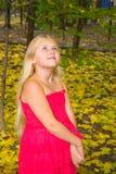 De herfstportret van een meisje Stock Foto's