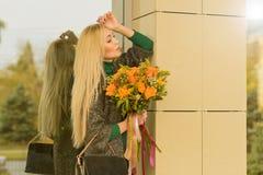 De herfstportret van leuk blondemeisje stock afbeelding