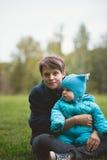 De herfstportret van moeder en zoon - gelukkige familie die in het park lopen Royalty-vrije Stock Fotografie
