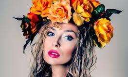 De herfstportret van mooie vrouw Stock Afbeelding