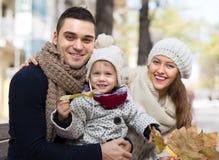 De herfstportret van ouders met kinderen Royalty-vrije Stock Foto's