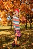 De herfstportret in de volledige groei van vrij jong meisje stock afbeelding