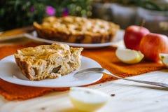 De herfstsamenstelling: Pastei met appelen, koffie en blocnote Droog bladeren op een houten lijst stock afbeelding