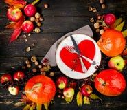 De herfstsamenstelling van pompoenen, appelen en plaat met vork en Royalty-vrije Stock Foto's