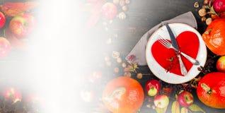 De herfstsamenstelling van pompoenen, appelen en plaat met vork en Royalty-vrije Stock Foto