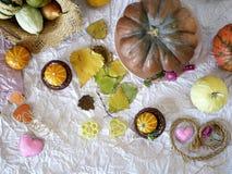 De de herfstsamenstelling van pompoenen, harten van gevoeld worden gemaakt, strohoed die, gaat weg royalty-vrije stock fotografie