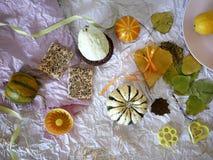 De de herfstsamenstelling van pompoenen, peren, decor, gaat op een lichte achtergrond van geweven document weg stock foto