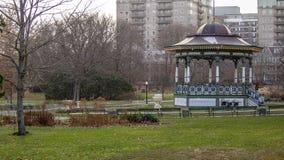 De herfstscène in de openbare tuinen van Halifax met gazebo in kader stock fotografie
