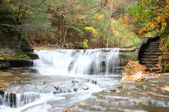 De herfstscène van watervallen Royalty-vrije Stock Afbeelding