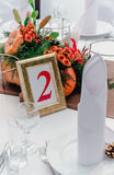 De herfststijl van het huwelijksbanket De samenstelling van rood, oranje, geel, en groen, zich bevindt op een witte lijst op het  Stock Fotografie