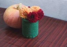De herfststilleven met pompoen en vaas van dahlia's Royalty-vrije Stock Afbeeldingen