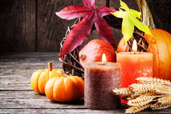 De herfststilleven met pompoenen en kaarsen royalty-vrije stock afbeelding