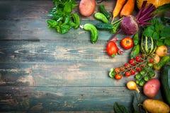 De herfststilleven van oogst verse groenten op oud stock foto's