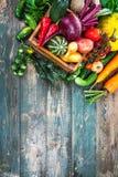 De herfststilleven van oogst verse groenten op oud stock fotografie