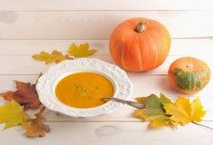 De herfststilleven van pompoensoep, esdoornbladeren en eiken, geheel p Royalty-vrije Stock Foto's