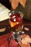 De herfstthee met citroen, kruiden in glaskop Royalty-vrije Stock Fotografie