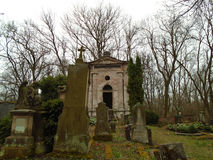 De herfsttijd in de oude verlaten en doorzochte Joodse begraafplaats Stock Fotografie