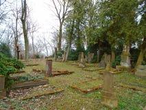 De herfsttijd in de oude verlaten en doorzochte Joodse begraafplaats Royalty-vrije Stock Fotografie
