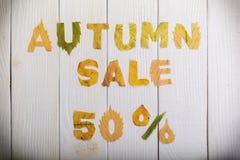 De herfstverkoop 50 percenten royalty-vrije stock foto