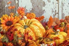 De herfstvertoning met een pompoen door decoratieve pompoenen wordt omringd die en Royalty-vrije Stock Foto's
