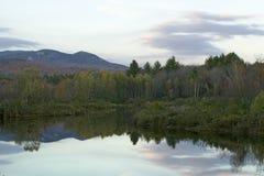 De herfstvijver in Witte Bergen van New Hampshire, New England Stock Afbeeldingen
