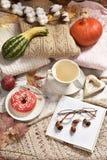 De de herfstvlakte legt met koffie, doughnut en pompoenen royalty-vrije stock foto's
