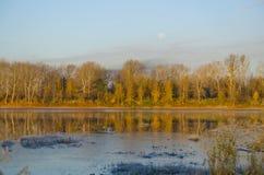 De herfstvorst op de rivier Stock Foto