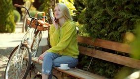 De herfstvrouw die pret hebben bij het park en het glimlachen De herfst en bladdalingsdromen 3G, 4G en mobiel Internet stock videobeelden