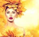 De herfstvrouw met bladerenkapsel Royalty-vrije Stock Afbeelding