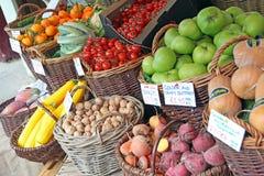 De herfstvruchten bij markt Stock Foto's