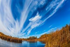 De de herfstzon over rivier Winnipeg stock fotografie