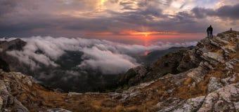 De herfstzonsopgang in de wolken van inversie Royalty-vrije Stock Foto's