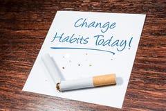 De Herinnering van de veranderings Rokende Gewoonte met Gebroken Sigaret op Houten Plank royalty-vrije stock afbeeldingen