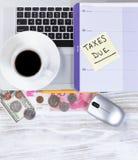 De herinnering van het belastingsseizoen met Desktop het werk verwante voorwerpen stock afbeelding
