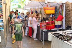 De herinnering winkelt bij de markt in Pollenca, Mallorca (Majorca), Spanje royalty-vrije stock afbeeldingen