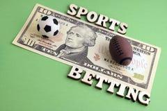 De herinneringsballen voor een spel van voetbal en rugby of voetbal zijn op de rekening van tien dollars Het concept sporten het  stock foto's