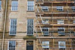 De heropfrissingswerken aan een traditioneel zandsteengebouw in Glasgow stock afbeelding