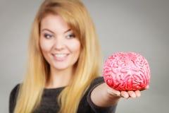 De hersenen die van de vrouwenholding idee hebben royalty-vrije stock afbeeldingen