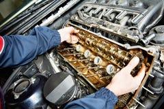 De hersteller van Machanic bij automobiele motor van een autoreparatie Stock Foto