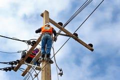 De herstellerarbeider van de elektricienlijnwachter bij het beklimmen royalty-vrije stock fotografie