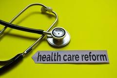 De hervorming van de close-upgezondheidszorg met de inspiratie van het stethoscoopconcept op gele achtergrond stock foto
